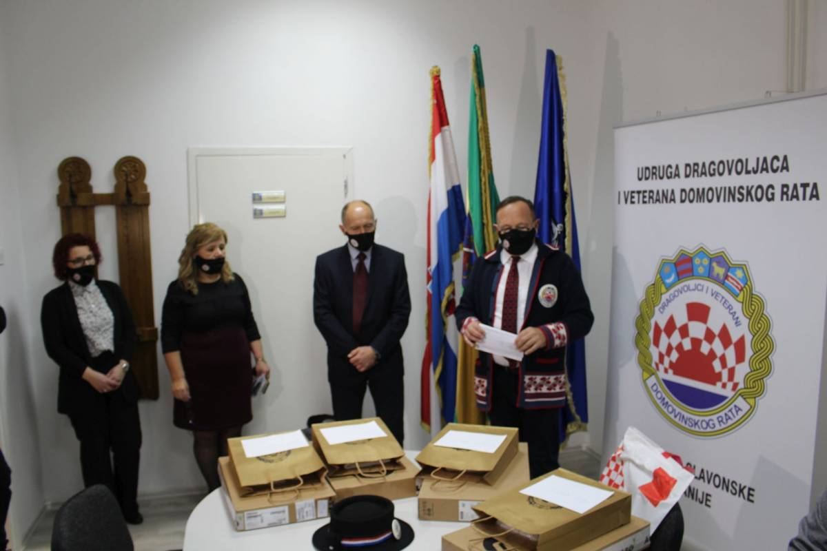 UDVDR: Uručeni laptopi djeci hrvatskih branitelja