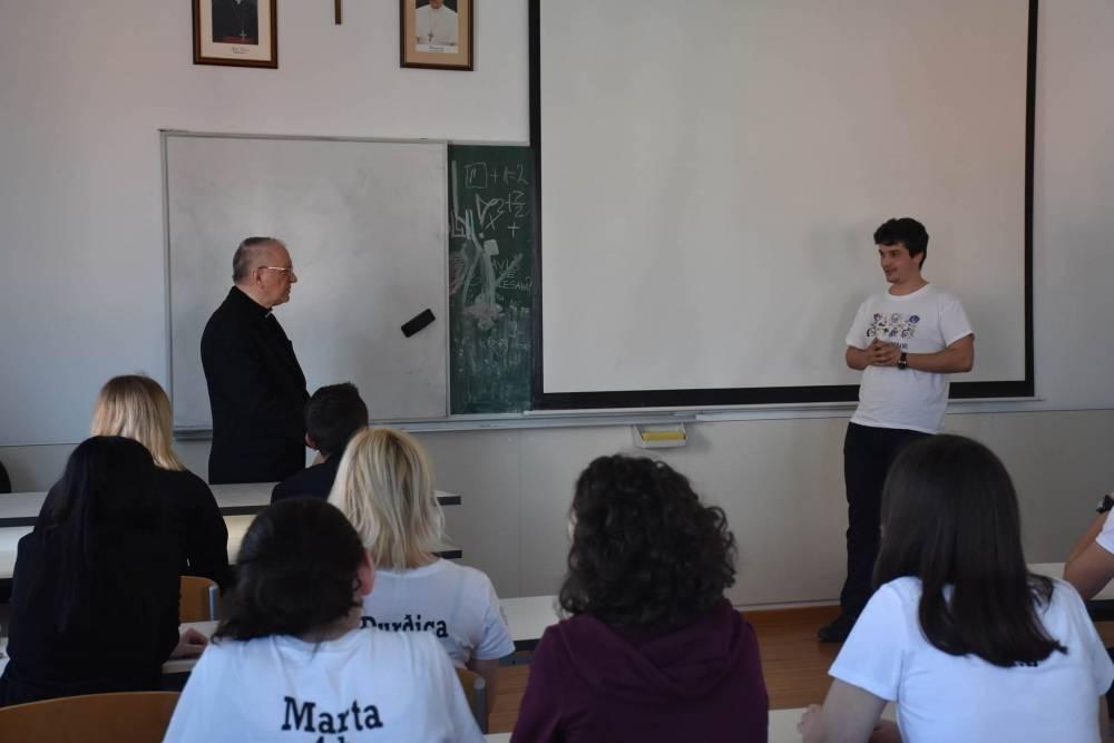 Susret biskupa Škvorčevića s maturantima Katoličke gimnazije u Požegi