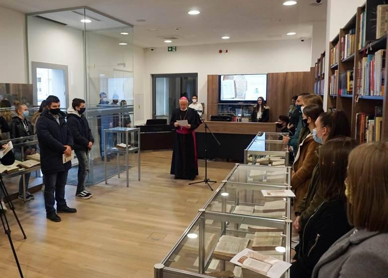 Otvorena izložba starih izdanja svetog pisma u knjižnici Požeške biskupije
