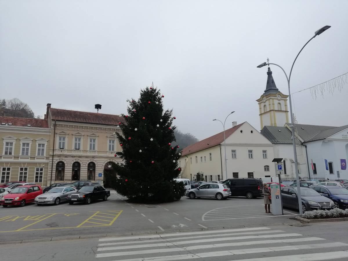 Božićna jelka stigla je na Trg svetog Trojstva- Kakve božićne dekoracije biste željeli vidjeti u Požegi?