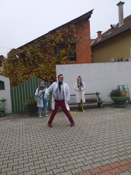 Udruga Crveni nosovi- klaunovi i doktori, razveselili korisnike Doma za starije i nemoćne u Požegi