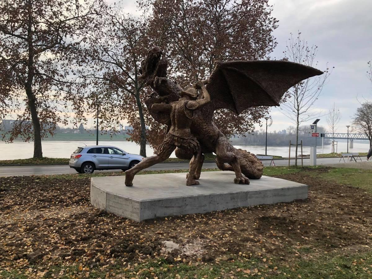 Brončana skulptura teška 2,5 tone od danas u Slavonskom Brodu