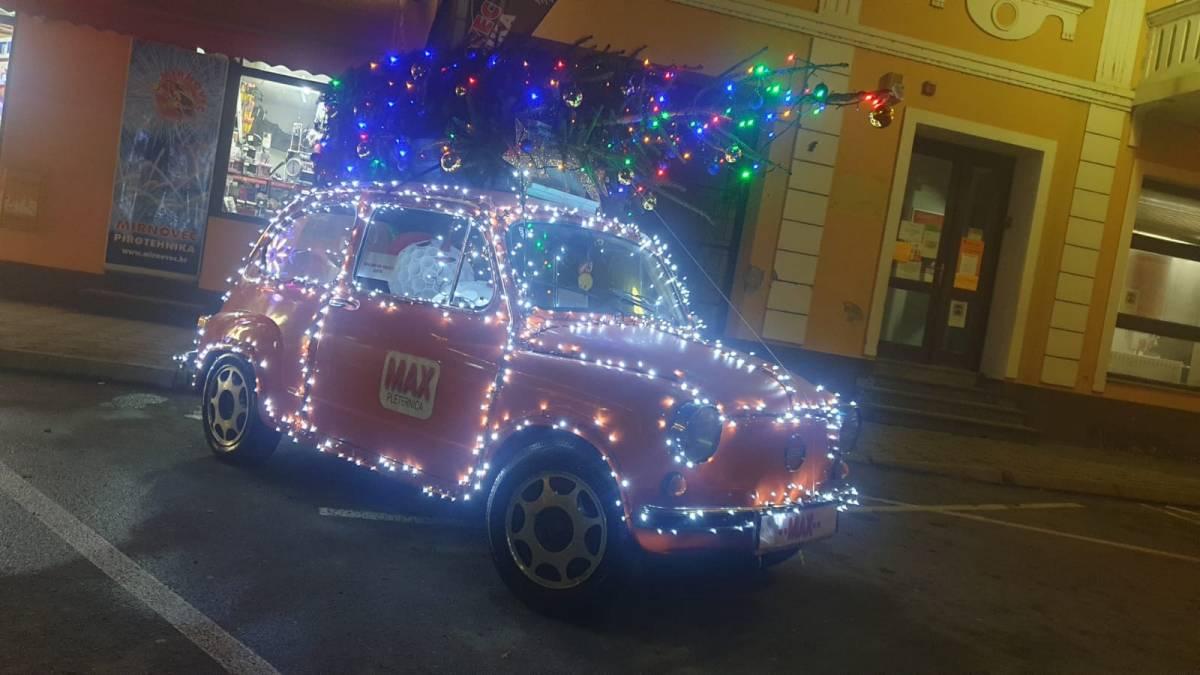 ATRAKCIJA U PLETERNICI: Fićo okićen s preko 3000 lampica svira božićne pjesme
