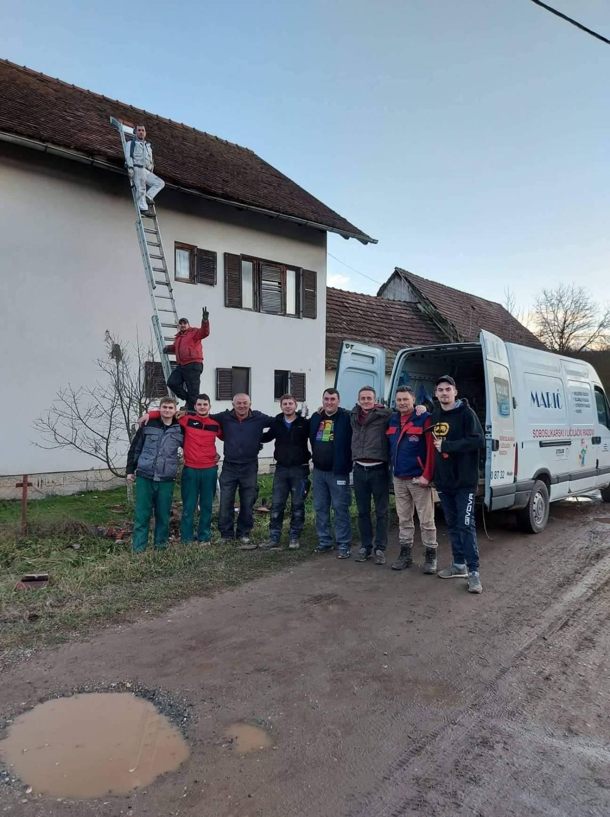 Dečki iz Sikirevaca danas su popravljali krovove u selima koja su nastradala u potresu
