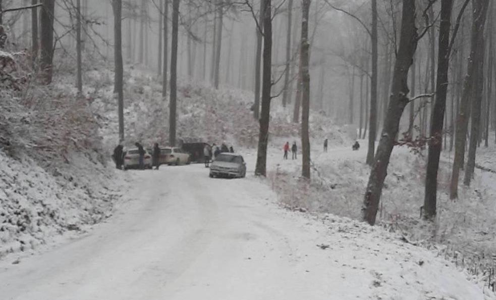 Vatrogasci izvlačili automobil koji je zaglavio na cesti prema Jankovcu, cesta zatvorena za sav promet