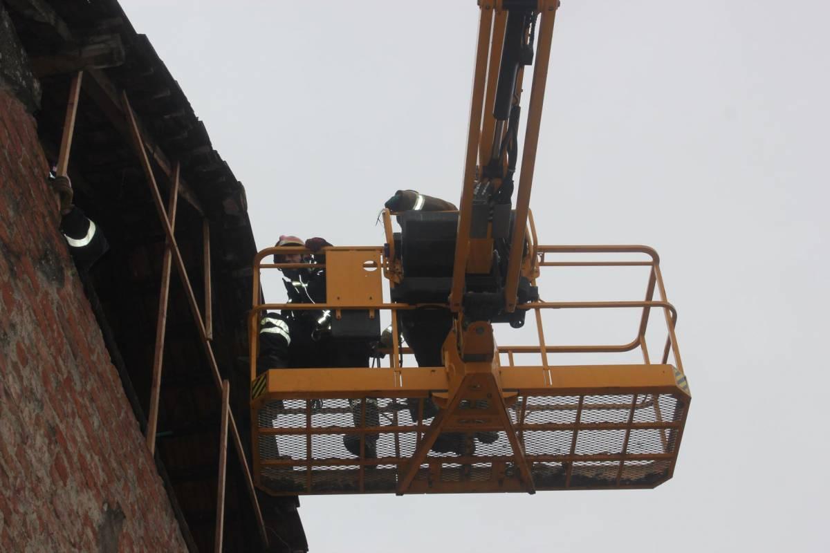 Sisački vatrogasci intervenirali zbog urušavanja zida na osobu