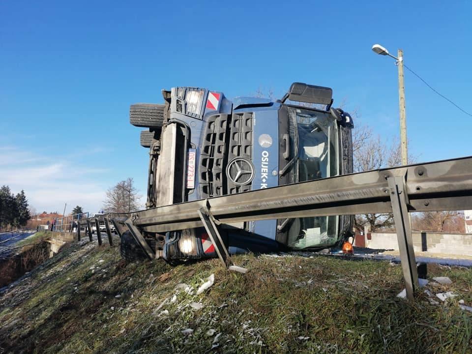 Prevrtanje kamiona kod Kule