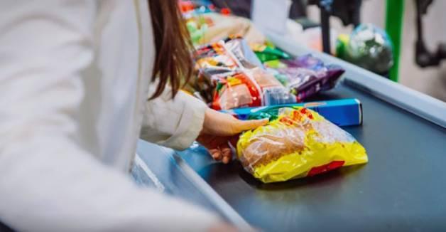 Na blagajni vam prebrzo skeniraju namirnice i ne stignete ih spremiti u vrećice? Evo trika kako ćete ih usporiti