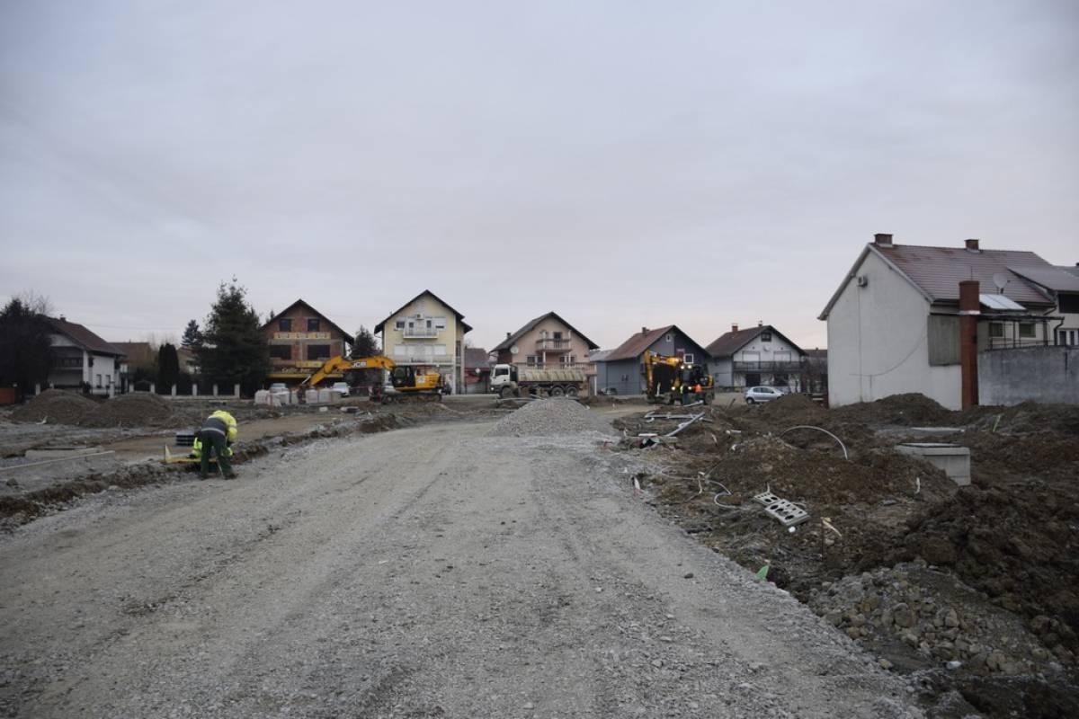 U tijeku je izgradnja kružnog toka u Cerničkoj, jedini put do trgovačkog centra kroz Zagrebačku ulicu