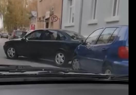 DOSAD NEVIĐENO U SLAVONSKOM BRODU: Izgurao auto kako bi si napravio mjesta za parking