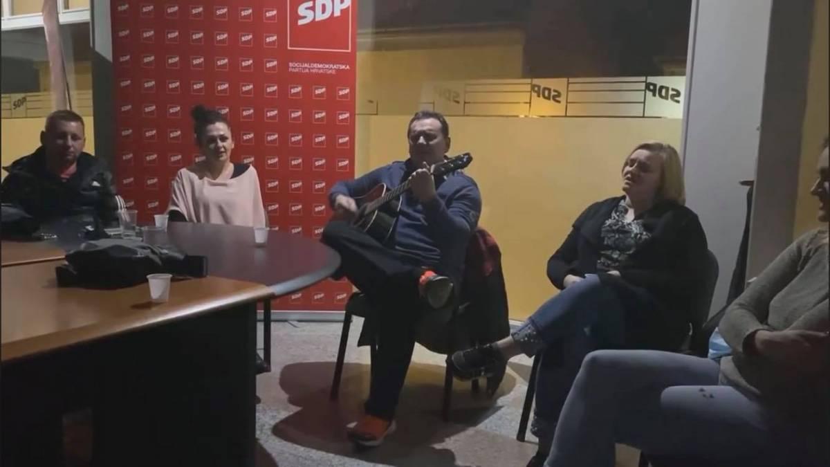 Brodski SDP-ovci uz nepridržavanje mjera pjevaju Balaševića