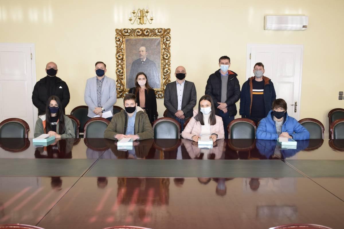 Savjet mladih Grada Požege tabletima nagradio nadarene učenike požeških osnovnih škola
