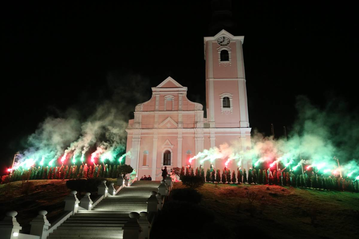 Ispred pakračke crkve upaljeno 30 baklji kao simbol 30 godina od početka Domovinskog rata