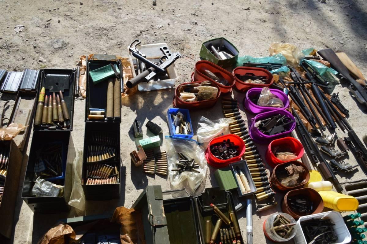 Policija u pretresu kuće kod mladića (26) pronašla cijeli arsenal oružja