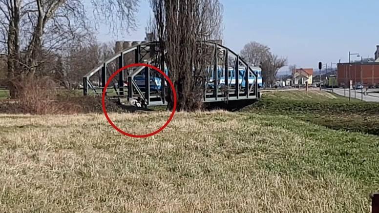 Opasan izazov s Tikotoka i među djecom u Požegi, građani ih vidjeli kako se zavlače ispod mosta i snimaju vlak