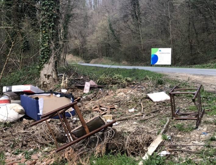 PAR KILOMETARA OD CENTRA GRADA: Uz cestu Požega -Gradski Vrhovci javno smetlište?!
