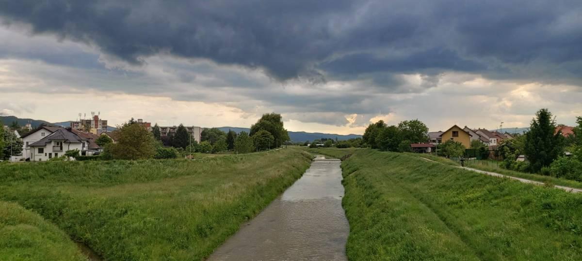 Danas pretežno oblačno uz mjestimičnu kišu