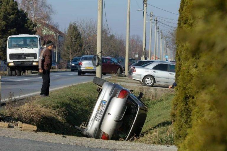 Teško ozlijeđen vozač. Sletio s ceste, udario u betonski most