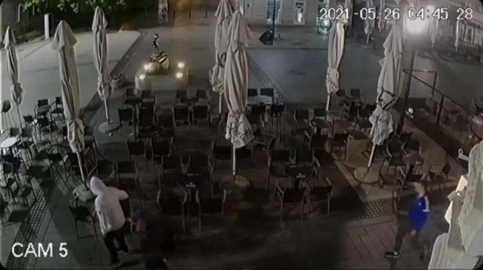 KAMERE SNIMILE: Umorni mladić otuđio stolicu s Korza