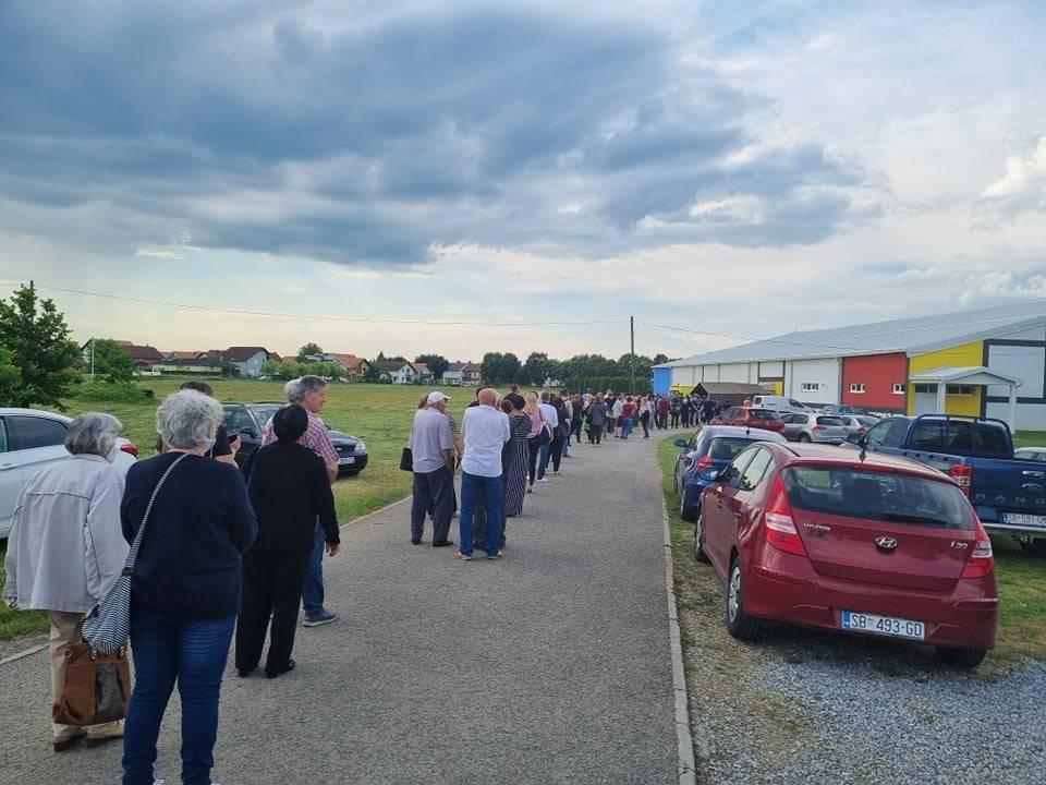 Pogledajte kolika je gužva za cijepljenje u Slavonskom Brodu