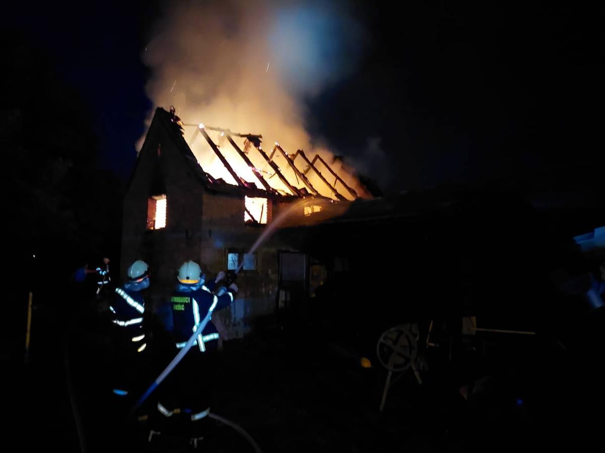18 vatrogasaca DVD-a Jakšić sinoć gasilo požar u Rajsavcu