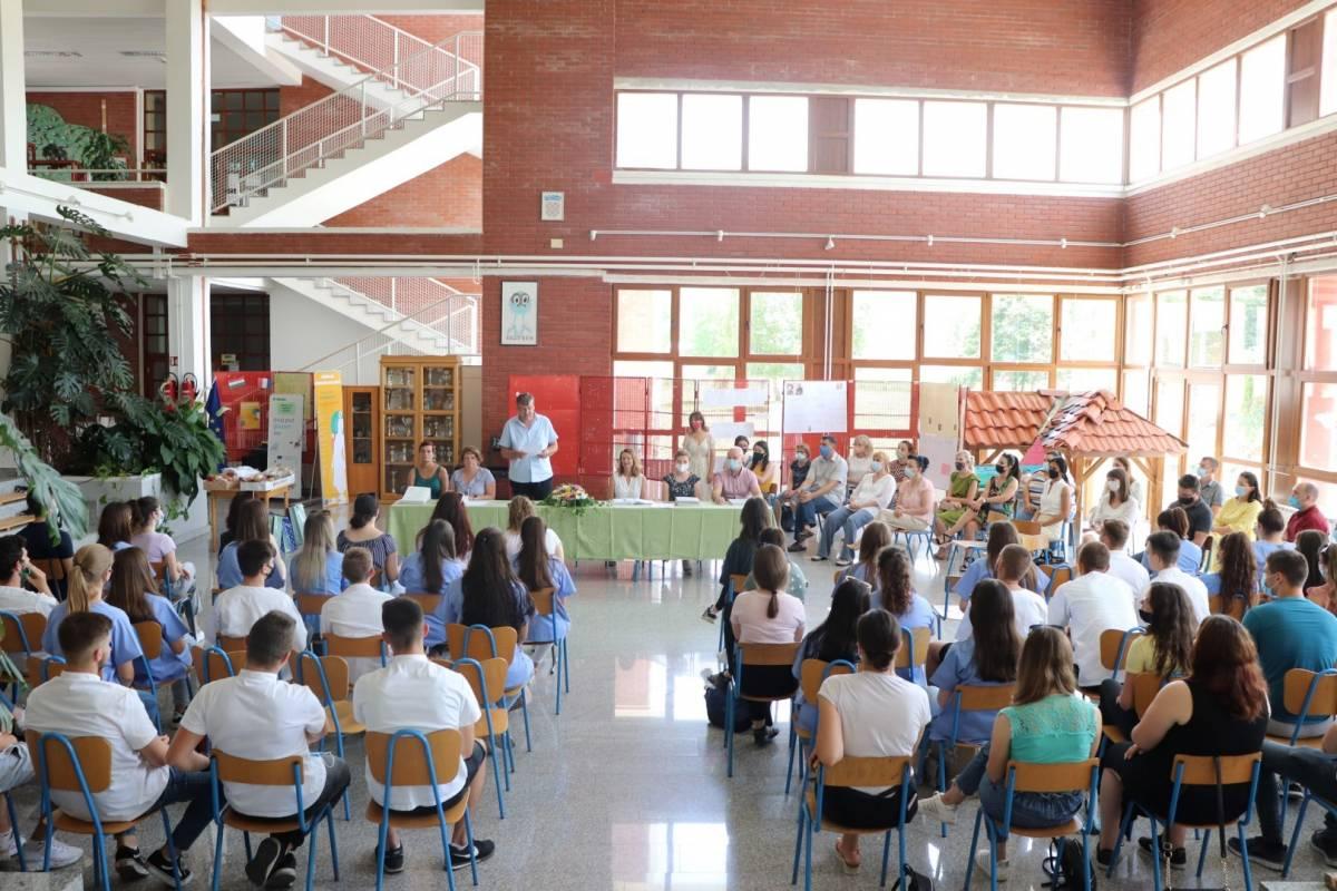 77 maturanata pakračke Srednje škole dobilo svjedodžbe