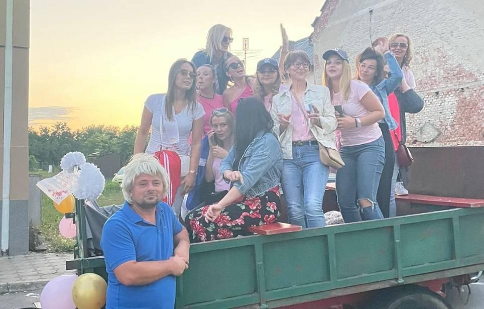 Mladenka Tajana i prijateljice kod mladoženje na momačku došle traktorom