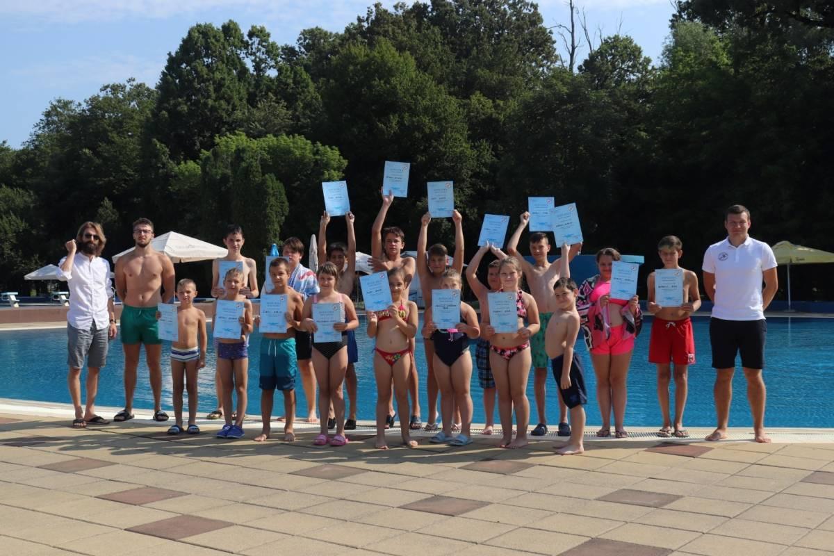 Na lipičkim bazenima dodijeljene prve diplome za uspješno završenu Školu plivanja