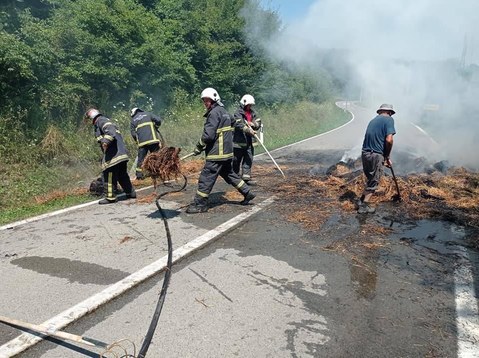 Pleternički vatrogasci gasili požar bala sijena na cesti kod naselja Kalinić