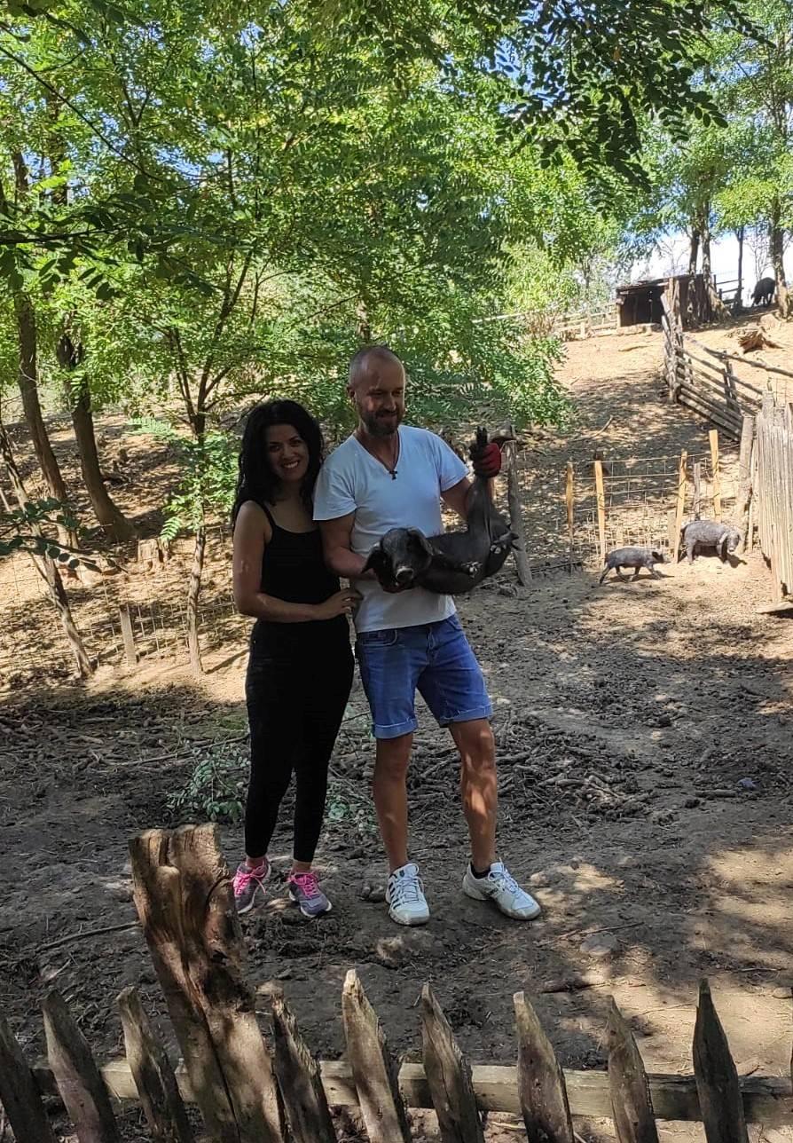 Mlada obitelj Klarić iz Biškupaca uzgaja crne svinje te nastoji očuvati tradiciju i vrijednosti slavonskog sela