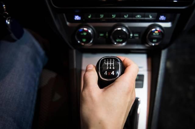 PROBLEMI S MJENJAČEM: Vozačke greške mogu ozbiljno oštetiti ovaj dio vozila!