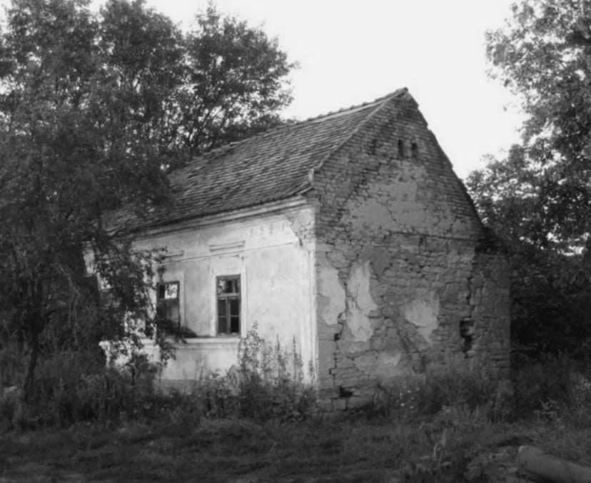 Napušteno selo Crni potok-misa za jednog čovjeka, jednog psa lutalicu i jednu devastiranu crkvu