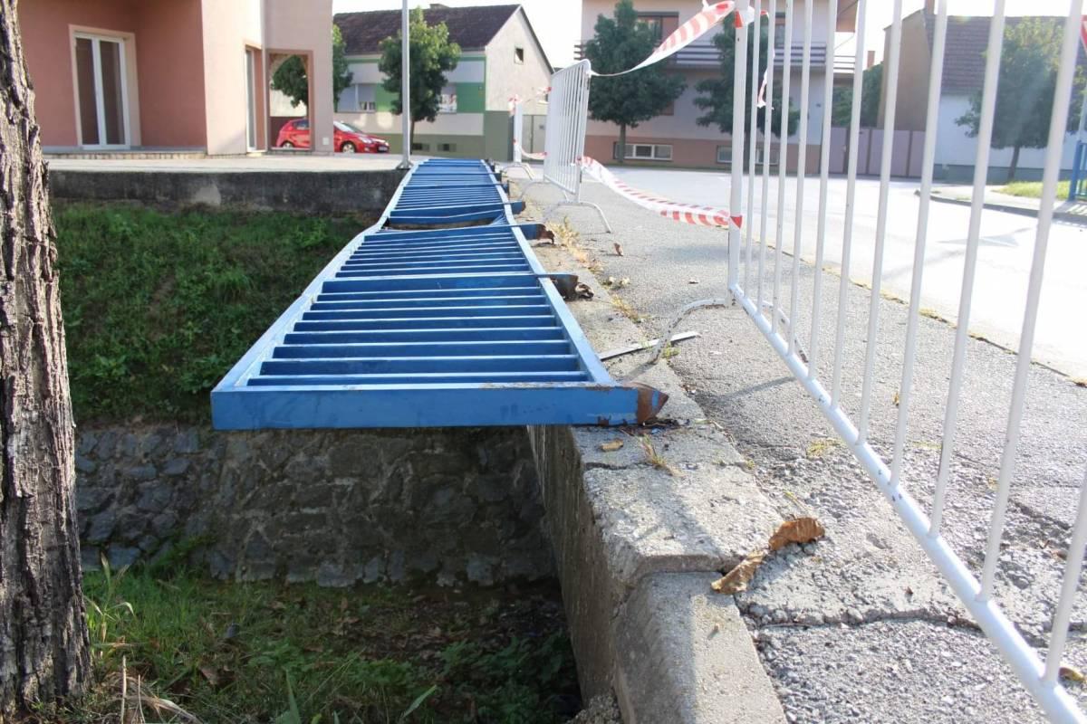 Ograda koja je srušena u prometnoj nesreći, stvara opasnost za djecu i prolaznike