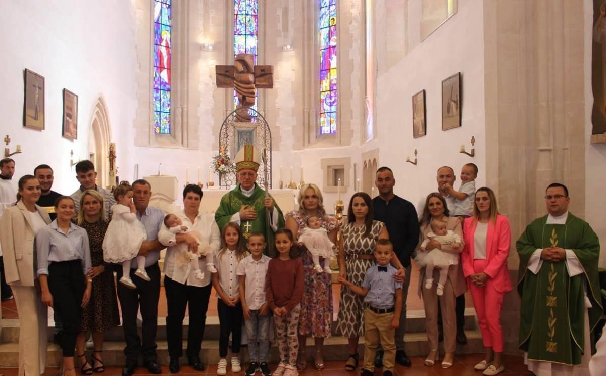 Biskup Škvorčević u Voćinu uveo u službu nove Župne pastoralne vjećnike te krstio djecu u tri obitelji