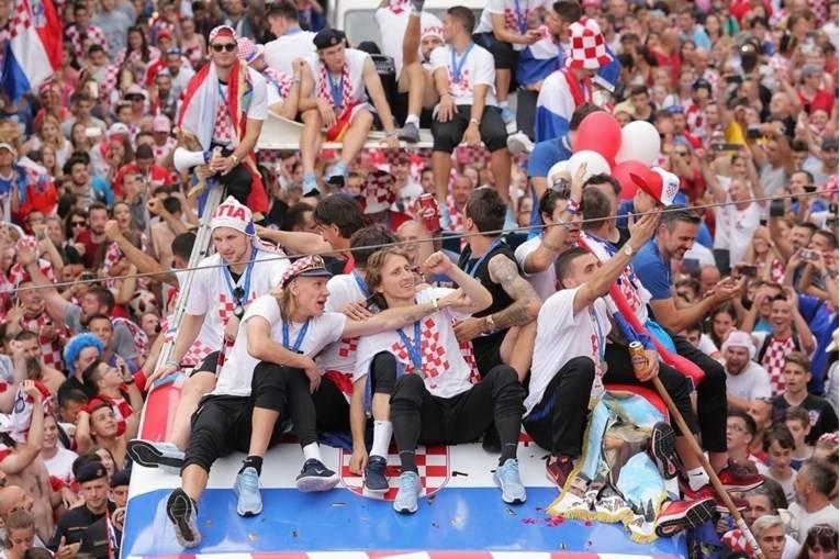 POVIJESNA FOTKA: Vatreni na putu prema centru Zagreba, čeka ih oko pola milijuna navijača!