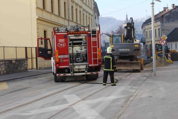 Vatrogasci za vikend imali pune ruke posla; gasili požar, otvarali vrata, čistili kolnik...