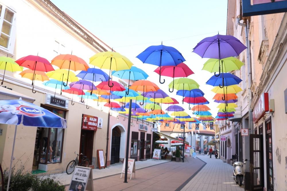Požega spremna za Aurea Fest: Pješačka zona ukrašena kišobranima