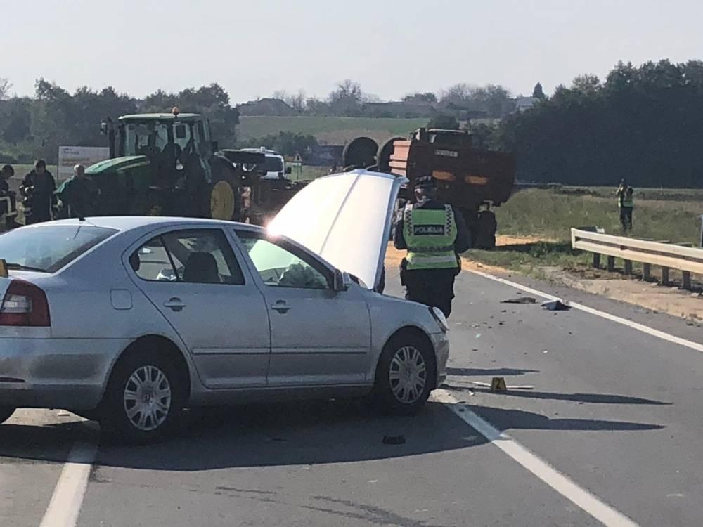 Prometna nesreća kod Jakšića, od siline udarca automobilom prevrnuo traktorsku prikolicu punu kukuruza
