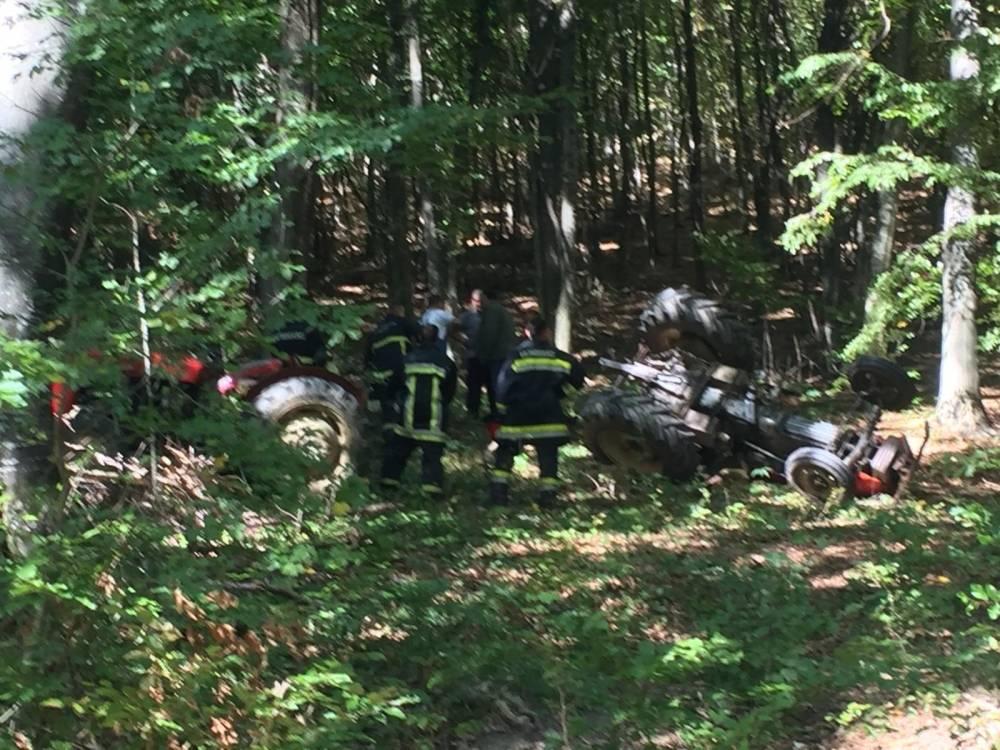 U Poljanskoj traktor usmrtio muškarca, izvlače ga vatrogasci