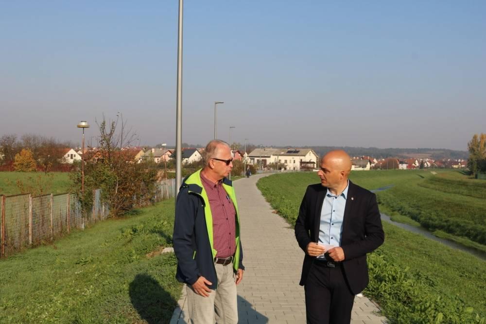 Gradonačelnik Darko Puljašić danas je obišao novouređenu šetnicu uz Veličanku