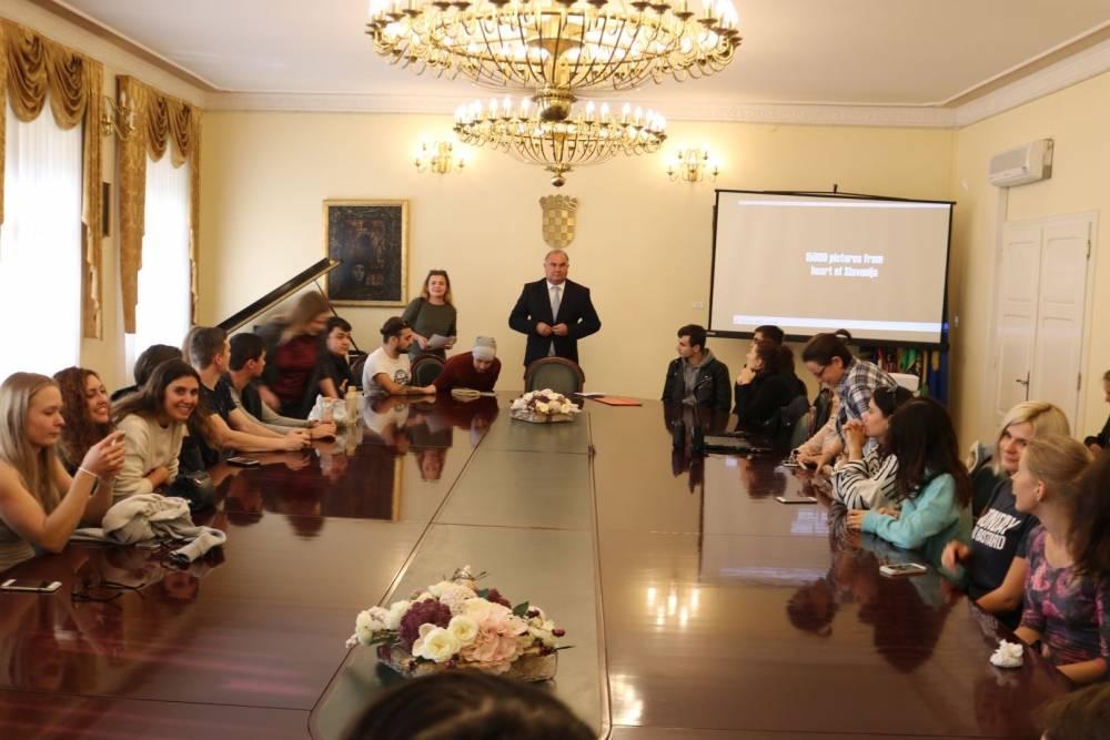 Prijem sudionika razmjene Erasmus+ Youth Initiative kod gradonačelnika Puljašića