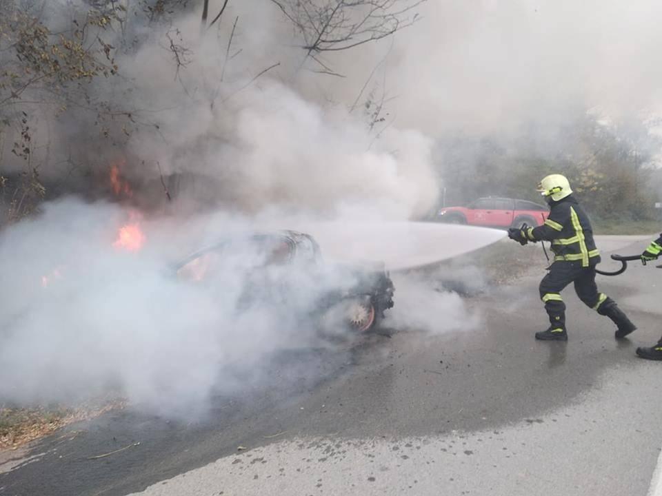 U Poljanskoj izgorio osobni automobil, požar gasili vatrogasci