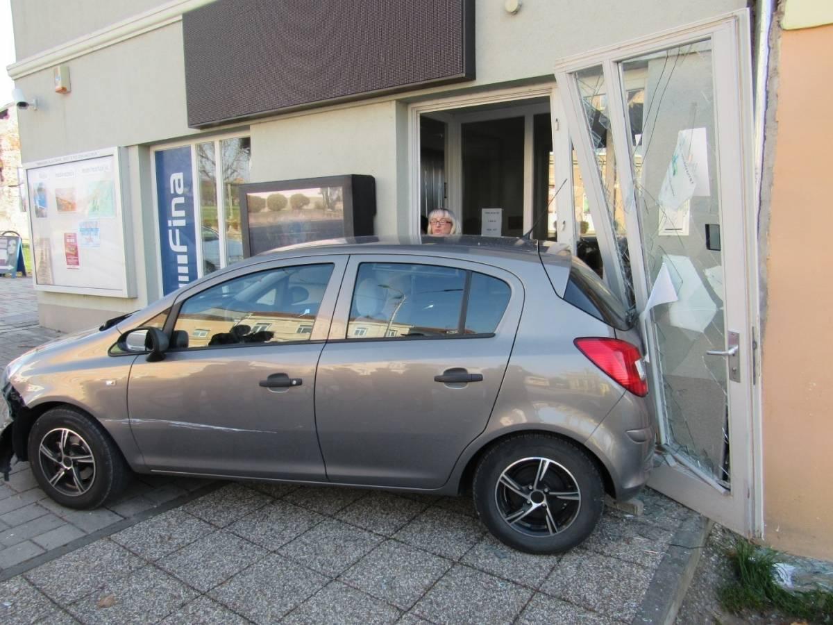 FOTONALAZ: Automobil uletio u lipičku Finu