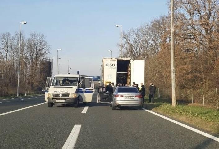 Kod Lužana zaustavljen kamion koji je prevozio migranate