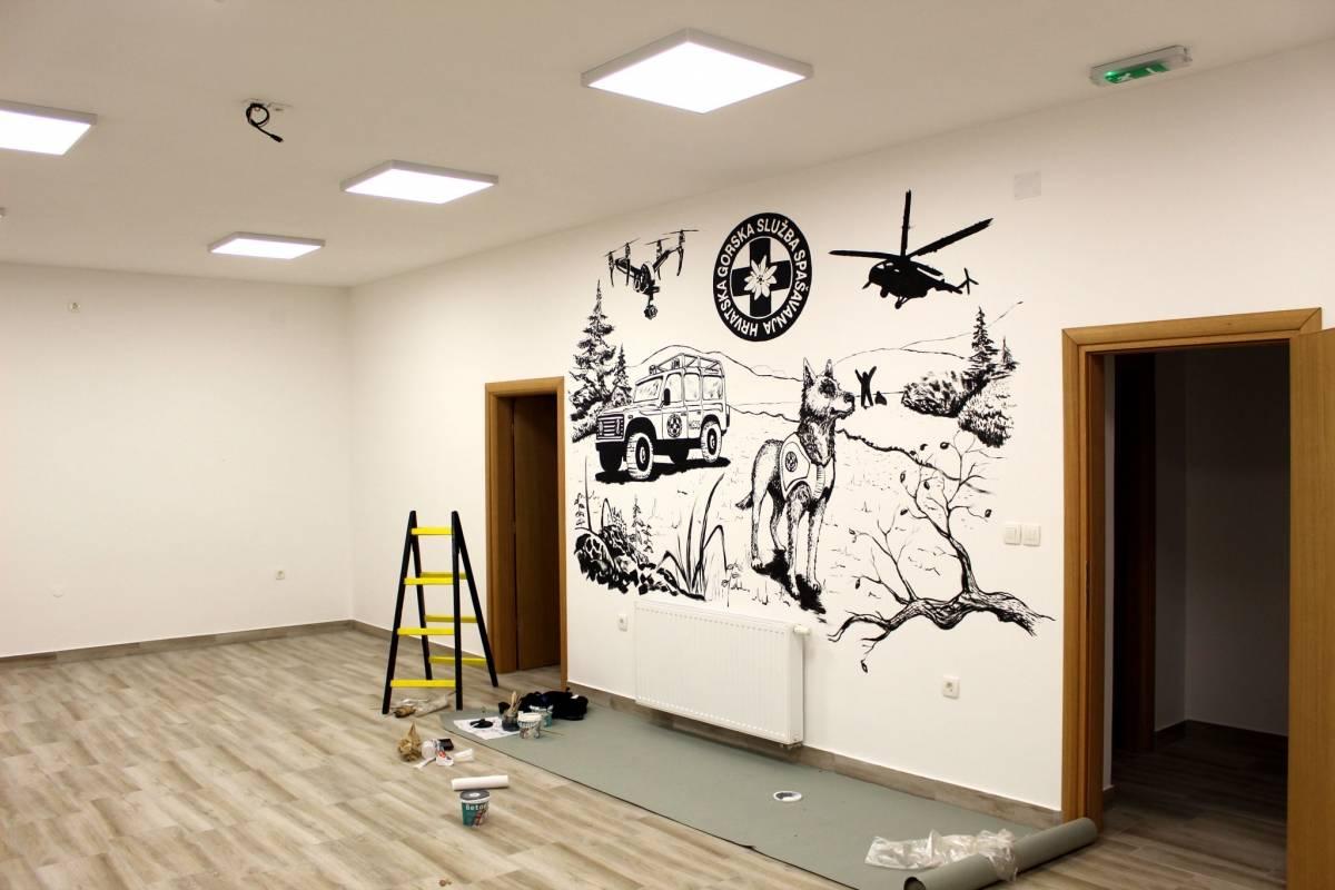 Požeški umjetnik D. Matičević oslikao zid u novom prostoru HGSS stanice u Požegi