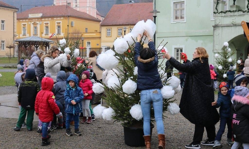 Predbožićna akcija vrtićanaca: Stotinu mališana okitilo borove u dvorištu kurije Janković