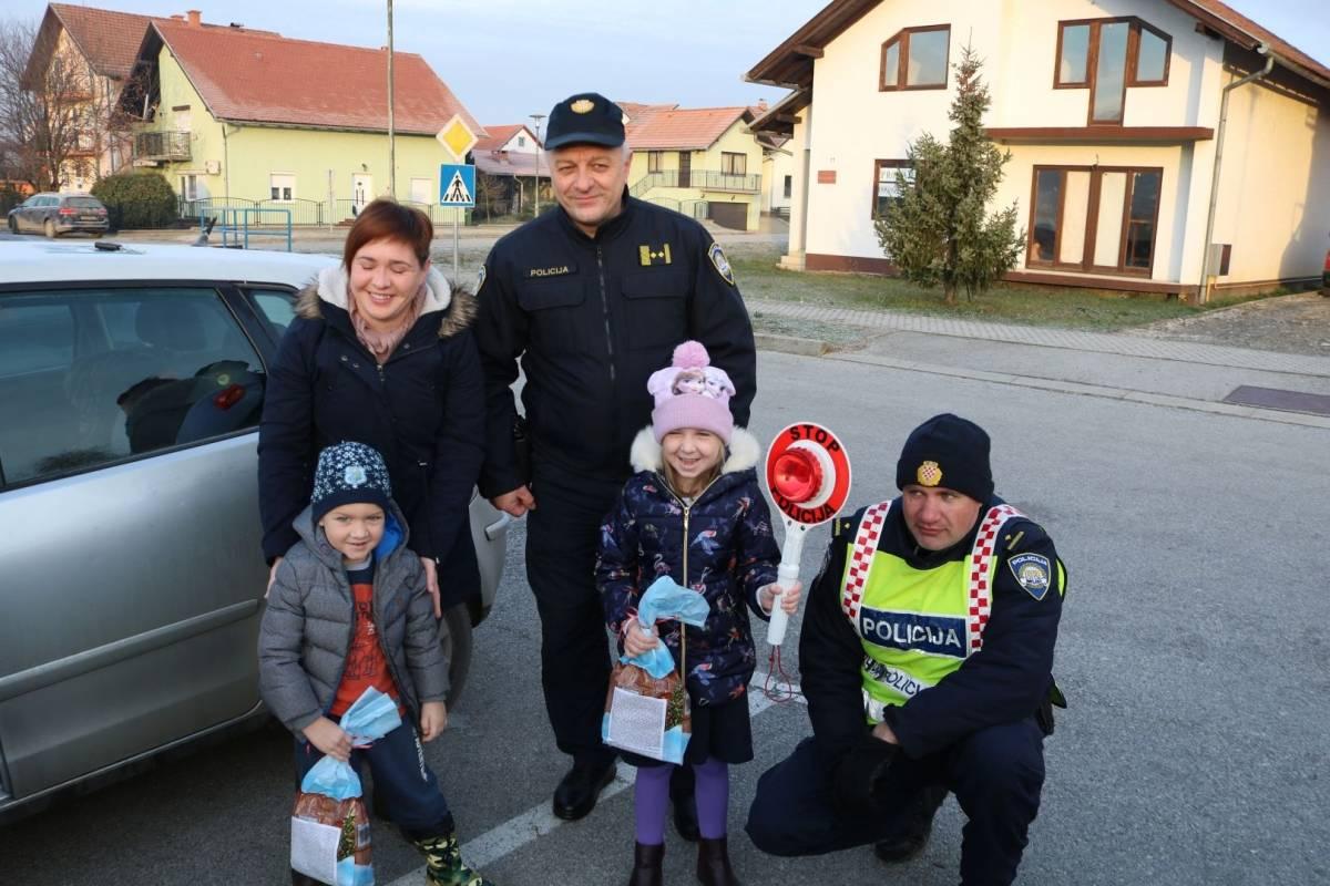 Policija darivala savjesne roditelje vozače i njihovu djecu u autosjedalicama