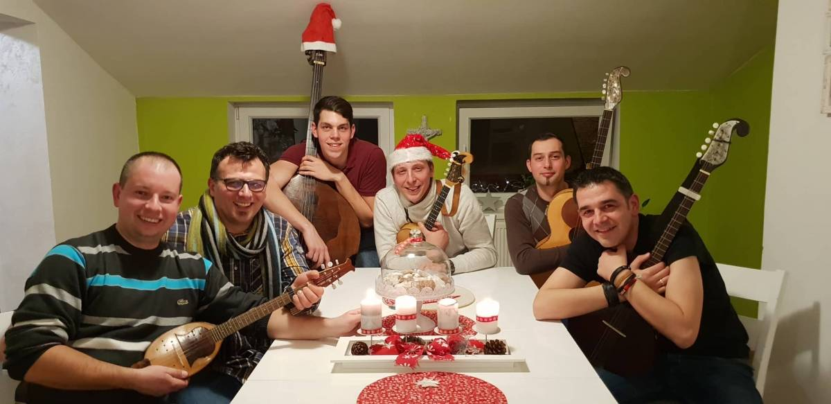 Božićni bećarac postao hit preko noći: ʺJa sam svojoj poklonio ženi -Bolji poklon nego ona meniʺ