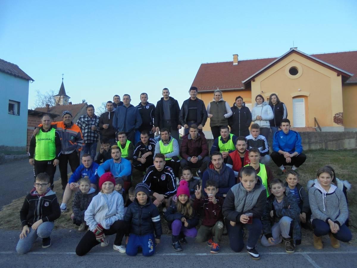 Uz kuhano vino, kiflice i nogomet: Mladi iz Bučja ušli u 2019. godinu