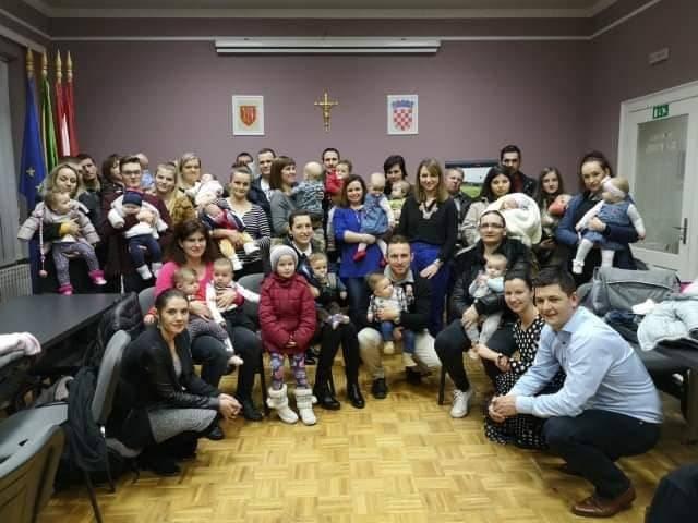Udruga mladih Općine Kaptol darivala 23 bebe sa po 300 kuna